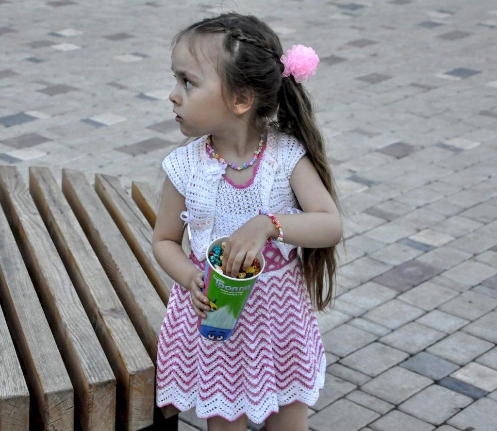 Вязаное болеро на девочке
